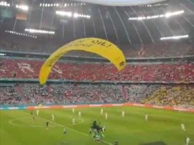 VIDEO. Euro de foot : un activiste de Greenpeace en ULM manque de s'écraser en tribune avant France - Allemagne