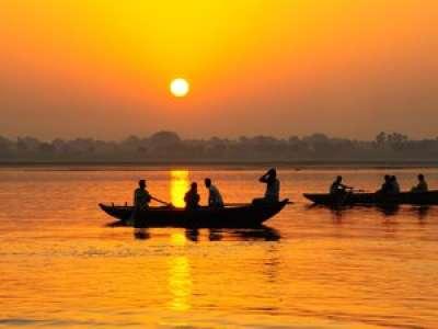 [VIDEO] Inde : un bébé retrouvé dans une boîte flottant sur le Gange