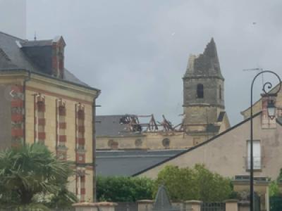 Indre-et-Loire : une tornade emporte le clocher de l'église de Saint-Nicolas-de-Bourgueil