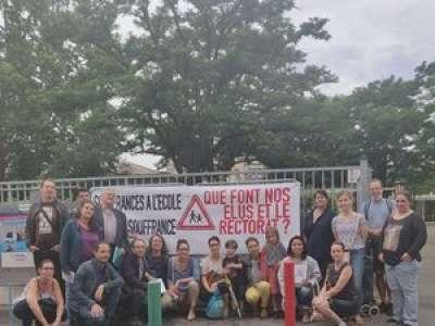 Toulouse : des parents d'élèves manifestent devant une école et un bureau de vote