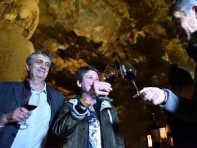 VIDEO. Lot : une partie des bouteilles de vin, enfouies à 103 mètres sous terre, sont sorties du gouffre de Padirac