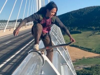 VIDEO. Les images impressionnantes du saut en skate d'un jeune homme depuis le viaduc de Millau