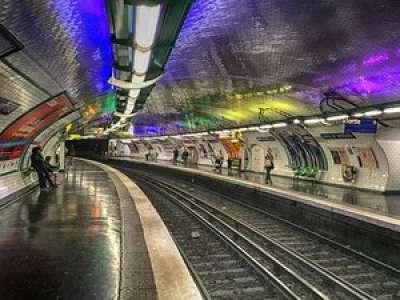 Paris : une femme accouche dans une rame de métro