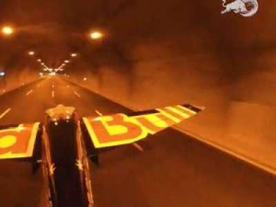 VIDEO. Un pilote traverse deux tunnels en avion à 245 km/h