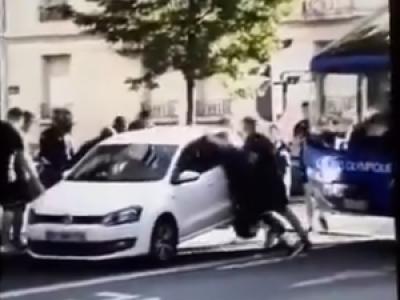 VIDEO. Une voiture stationnée bloque leur bus, les joueurs du Castres Olympique la déplacent à mains nues
