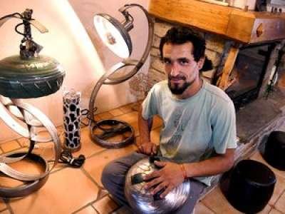 Carcassonne. Il crée instruments de musique et luminaires avec des bouteilles de gaz !