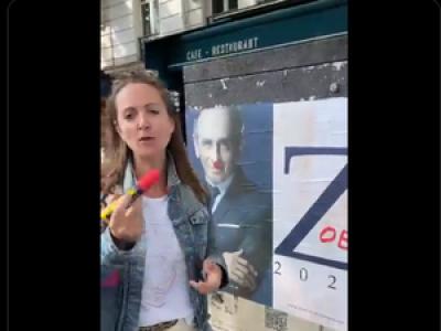 VIDEO. L'humoriste Charline Vanhoenacker dessine la moustache d'Hitler sur une affiche d'Eric Zemmour, internet s'enflamme