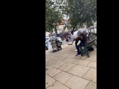 VIDEO. En Angleterre, un homme s'en prend sans le savoir à un champion du monde d'arts martiaux âgé de 16 ans