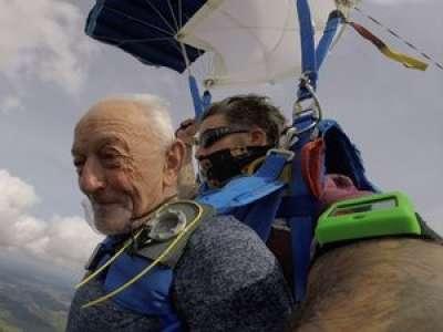 Gers : à 80 ans, il saute en parachute à Lavardens