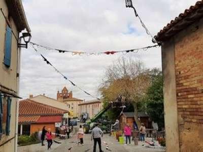 Près de Toulouse, une guirlande de 600 soutiens-gorge et 800 mètres de long accrochée dans la rue