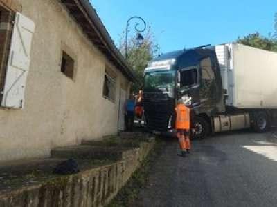 Près de Toulouse, un semi-remorque lituanien bloque la rue d'un village pendant sept heures