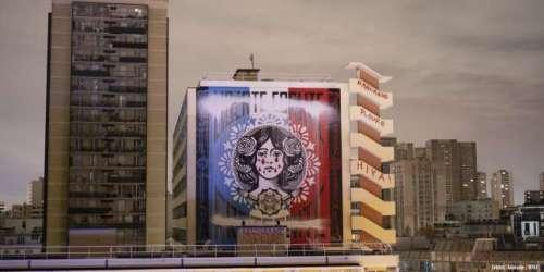 A Paris, des graffeurs ajoutent des larmes de sang à la Marianne de Shepard Fairey