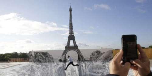 Street art: JR installe un canyon au pied de la tour Eiffel