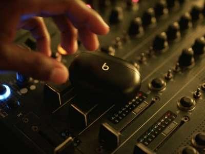 Roddy Ricch a les Beats Studio Buds dans son clip