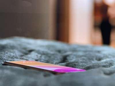 On peut apercevoir un iPhone sans encoche dans la série Ted Lasso