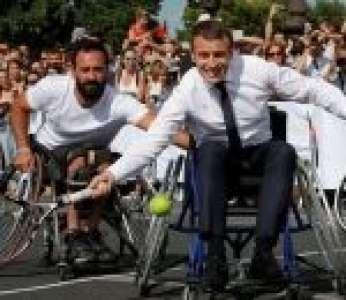 Emmanuel Macron joue au tennis lors des Journées olympiques pour la candidature de Paris aux JO 2024