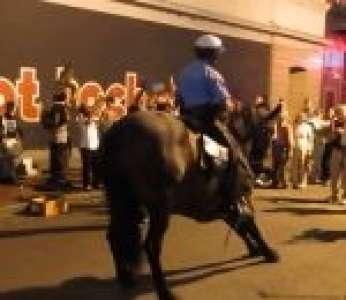 Un policier danse avec son cheval pendant un concert à La Nouvelle-Orléans (États-Unis)