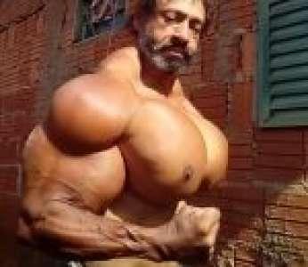 Le bodybuilder Valdir Segato et ses gros muscles gonflés au synthol (Brésil)
