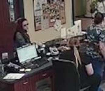 Une femme échappe à son compagnon violent en glissant un message au vétérinaire (États-Unis)