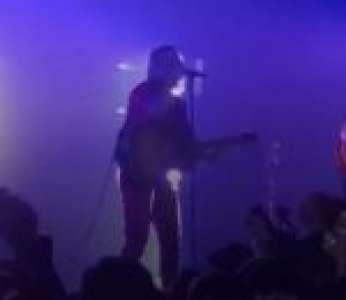 La chanteuse du groupe Hyphen Hyphen bourrée pendant un concert à l'Olympia
