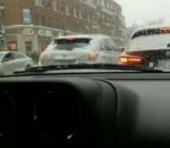 Un automobiliste filme un road rage très violent sur une route canadienne