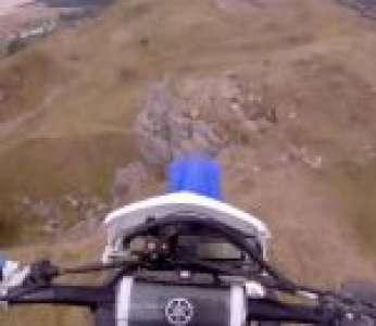 Un jeune homme chute d'une falaise de 10 mètres à motocross (Pays de Galles)