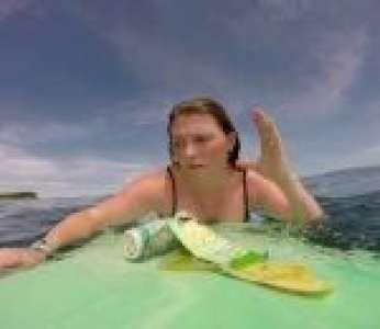 Une surfeuse n'a qu'à tendre les bras pour ramasser des déchets en plastique