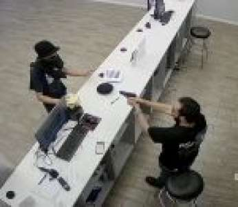 Un braqueur tombe sur un vendeur armé dans une boutique Metro PCS (États-Unis)