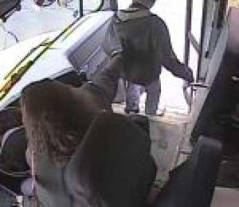 Une conductrice de bus scolaire empêche un enfant de se faire renverser par une voiture