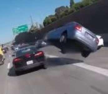 Une voiture fait un spectaculaire tonneau en s'engageant sur une autoroute (États-Unis)