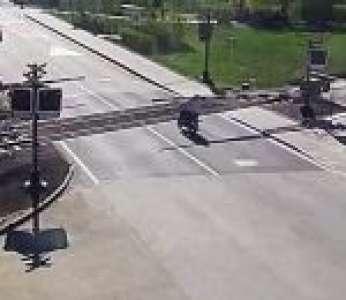 Un motard de 85 ans ne voit pas la barrière du passage à niveau et chute sur les rails