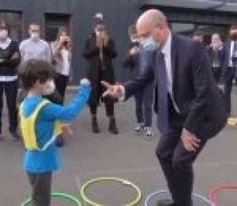 Jean-Michel Blanquer joue à la marelle et à chifoumi avec un enfant (Seine-Saint-Denis)