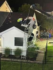 Une voiture s'enfonce dans le toit de leur maison