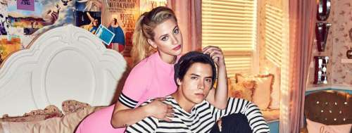Lili Reinhart et Cole Sprouse (Riverdale) à Paris pour la Fashion Week, le couple s'affiche complice (PHOTOS)