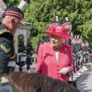 Elizabeth II - Premier été à Balmoral sans Philip : elle garde le sourire, grâce à un drôle de poney !