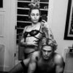 Miley Cyrus : Coiffeuse torride en lingerie pour son chéri Cody Simpson