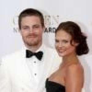 Stephen Amell (Arrow) : Grosse dispute avec sa femme, l'acteur débarqué d'un avion