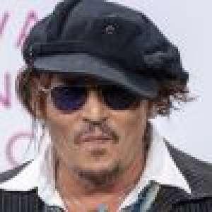 Johnny Depp, un style unique à Deauville : il se grille une cigarette en conférence de presse