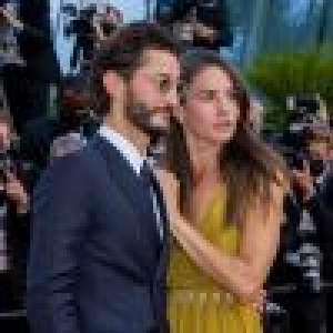 Pierre Niney et Natasha Andrews : Montée des marches en amoureux pour
