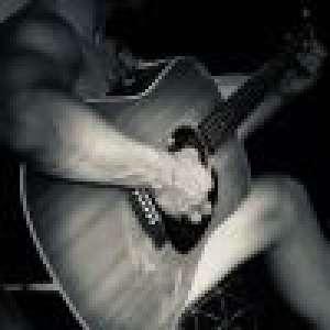 Allan Theo : Tout nu pour une session guitare