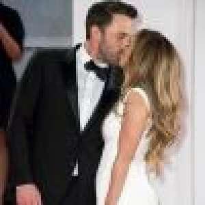 Jennifer Lopez, bombesque ultra décolletée, échange un baiser avec Ben Affleck à la Mostra