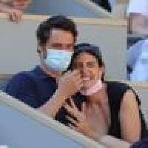 Jérémie Elkaïm très complice avec une jolie actrice à Roland Garros, les VIP attentifs
