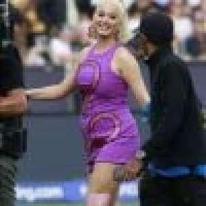 Katy Perry enceinte, elle dévoile son baby bump sur scène en robe moulante