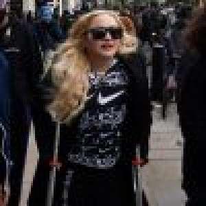 Madonna en béquilles et sans masque : la star manifeste à Londres