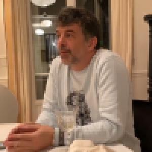 Stéphane Plaza filmé alcoolisé chez Karine Le Marchand : il manque de casser ses verres hors de prix