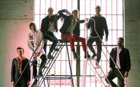 The Chainsmokers et 5 Seconds of Summer s'affrontent dans le clip Who Do You Love