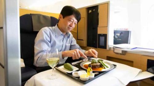 Insolite. Au Japon, 460euros pour un plateau-repas en première classe dans un avion au solNikkei Asia 01/04/2021 - 18:33