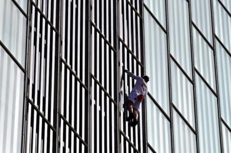 """Casse-cou. Un """"Daredevil"""" britannique grimpe à mains nues un gratte-ciel espagnolCourrier international 03/04/2021 - 06:05"""