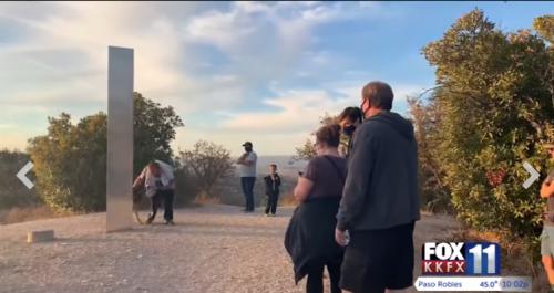 """Surprise. """"Un obélisque à l'éclat hypnotique"""": un troisième monolithe surgit en CalifornieCourrier international 03/12/2020 - 12:17"""