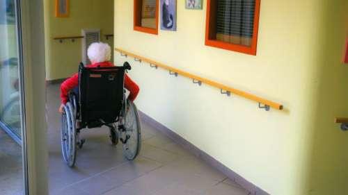 INFO FRANCETV. Coronavirus : les Ehpad redoutent la mort de 100 000 résidents et réclament en urgence des masques au ministre de la Santé